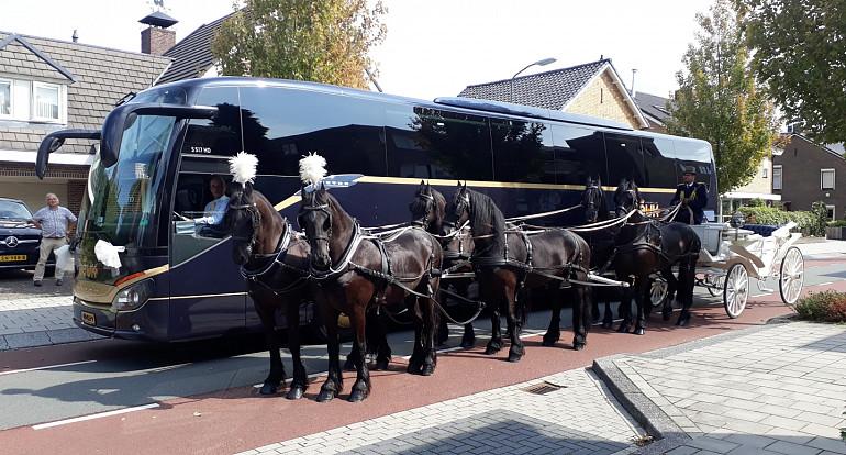 Trouwvervoer, oude en moderne koetsen bij elkaar