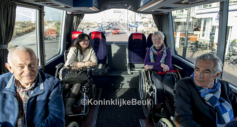 Rolstoelvervoer per luxe rolstoeltouringcar Koninklijke Beuk